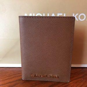 MICHAEL KORS Jet Set Leather Passport Case/Wallet